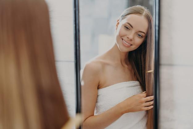 Piękna Kobieta Szczotkuje Włosy W Ręcznik Premium Zdjęcia