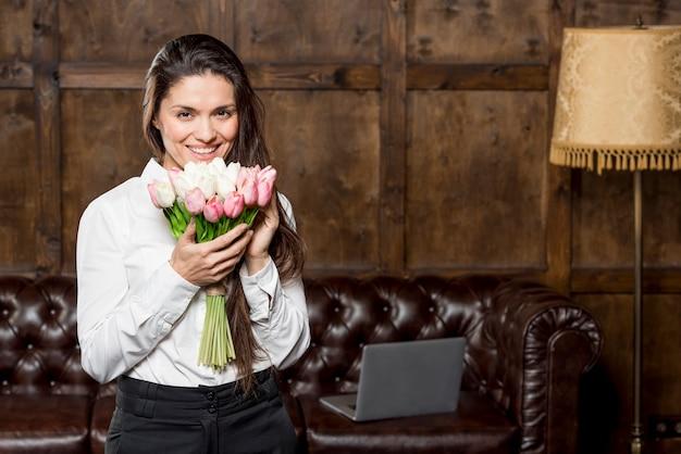 Piękna Kobieta Trzyma Bukiet Kwiatów Darmowe Zdjęcia