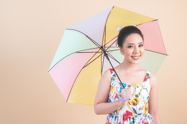 Piękna kobieta trzyma parasol Darmowe Zdjęcia
