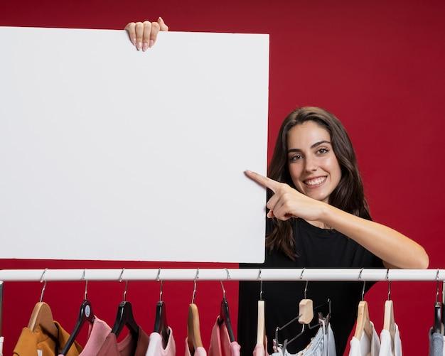 Piękna kobieta trzyma sztandaru egzamin próbny Darmowe Zdjęcia