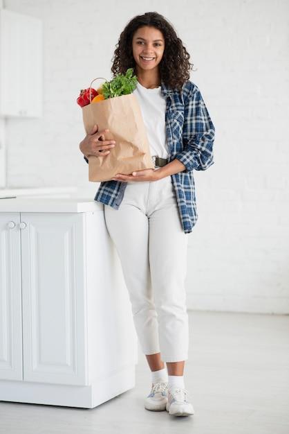 Piękna Kobieta Trzyma Torbę Warzywa Darmowe Zdjęcia