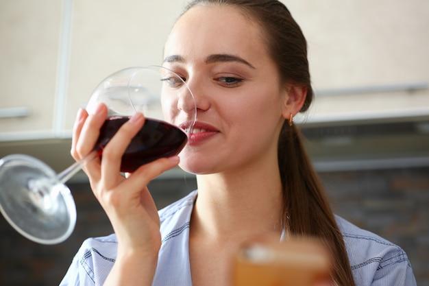 Piękna Kobieta Trzymać W Rękach Kieliszek Czerwonego Wina Premium Zdjęcia