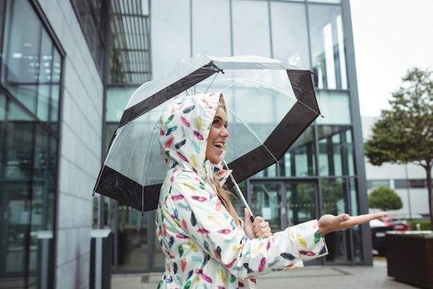 Piękna Kobieta Trzymając Parasol Darmowe Zdjęcia