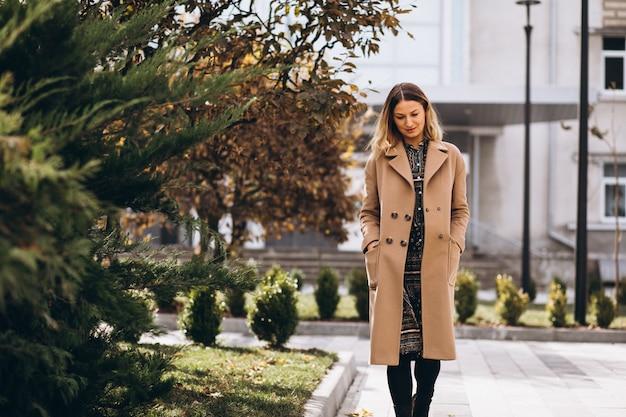 Piękna Kobieta W Beżowym Płaszczu Na Zewnątrz W Parku Darmowe Zdjęcia