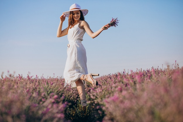 Piękna Kobieta W Białej Sukni W Lawendowym Polu Darmowe Zdjęcia