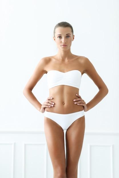 Piękna Kobieta W Białym Bikini Darmowe Zdjęcia