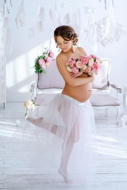 Piękna Kobieta W Ciąży W Czułym Wnętrzu Premium Zdjęcia