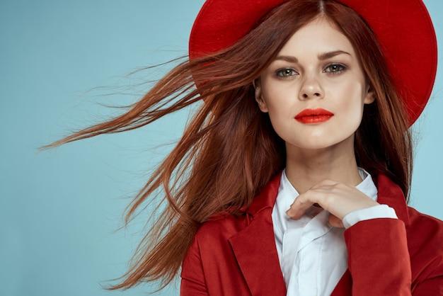 Piękna Kobieta W Czerwonym Kapeluszu I Kurtce Premium Zdjęcia