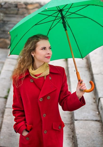 Piękna Kobieta W Czerwonym Płaszczu Premium Zdjęcia