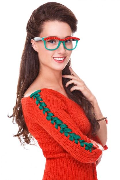 Piękna kobieta w czerwonym swetrze Darmowe Zdjęcia