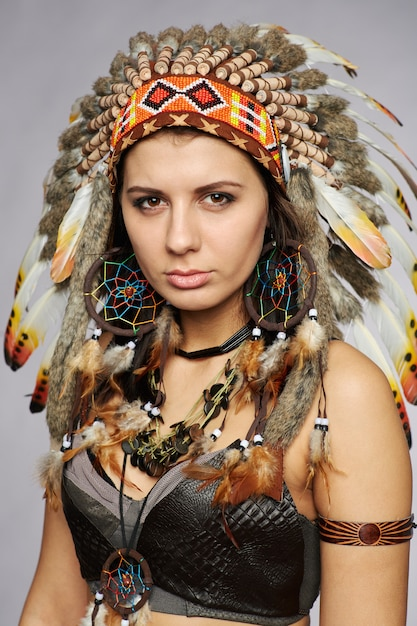 Piękna Kobieta W Indiańskich Strojach Z Piórami Premium Zdjęcia
