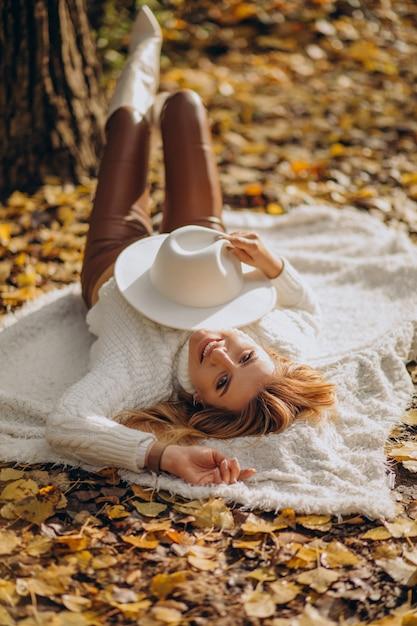 Piękna Kobieta W Jesiennym Parku Darmowe Zdjęcia