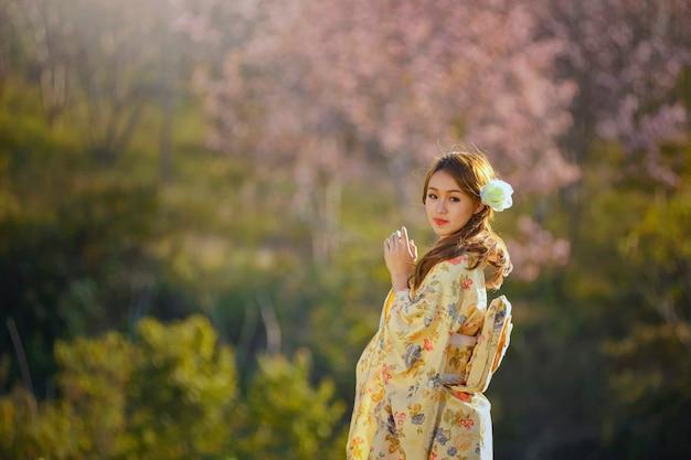 Piękna Kobieta W Magazynie W Japonii, Wiosenny Kwiat Wiśni Sakura, Różowe Kwiaty Sukura, Styl Vintage Premium Zdjęcia