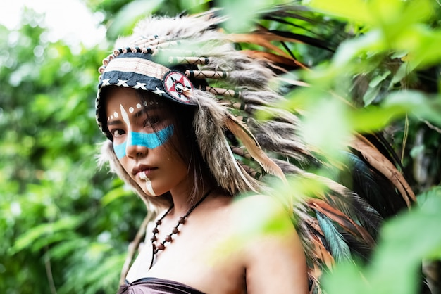 Piękna Kobieta W Nakryciu Głowy Piór Ptaków Premium Zdjęcia