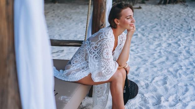 Piękna kobieta w pływackiej odzieży oceanem Darmowe Zdjęcia