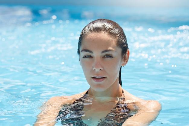 Piękna Kobieta W Stylowym Bikini, Relaks W Basenie Premium Zdjęcia