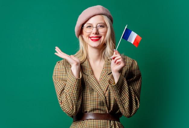 Piękna Kobieta W Stylu Marynarki I Kapelusza Z Francuską Flagą Na Zielonej ścianie Premium Zdjęcia