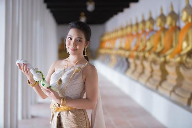 Piękna kobieta w tajlandzkim starym tradycyjnym kostiumu, portret przy antyczną świątynią ayutthaya Darmowe Zdjęcia
