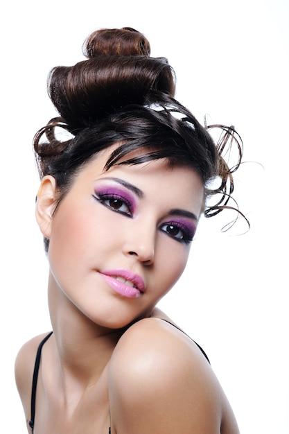 Piękna Kobieta Z Fryzury Moda I Jasny Fioletowy Makijaż Darmowe Zdjęcia