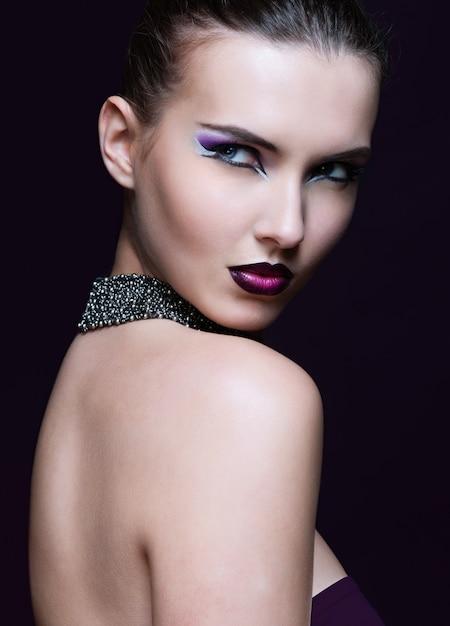 Piękna kobieta z idealny makijaż. piękny profesjonalny makijaż wakacyjny. Premium Zdjęcia