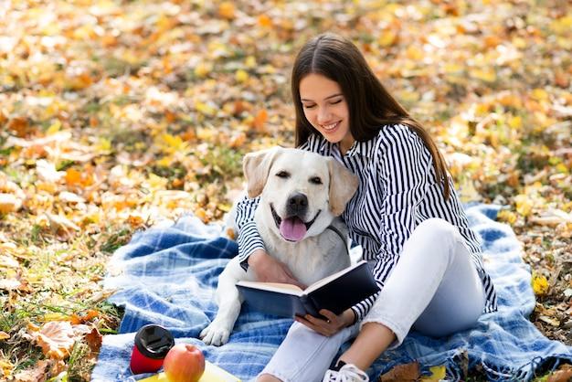 Piękna kobieta z jej psem w parku Darmowe Zdjęcia