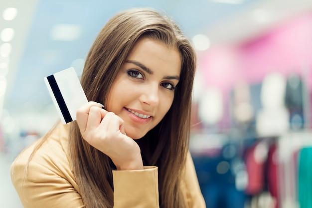 Piękna Kobieta Z Kartą Kredytową W Centrum Handlowym Darmowe Zdjęcia
