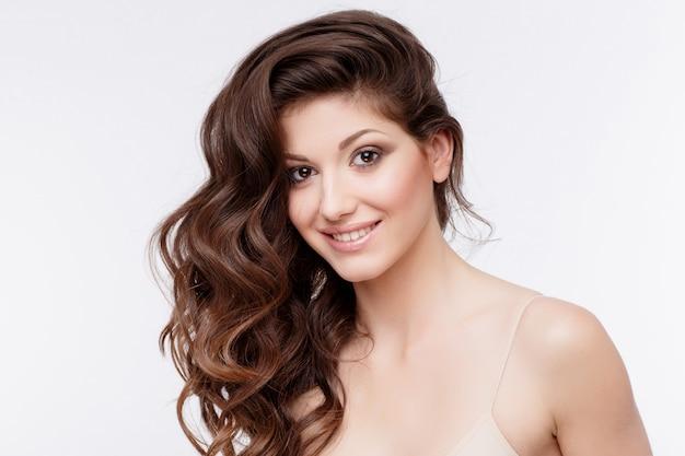 Piękna Kobieta Z Kręconymi Brązowymi Włosami Premium Zdjęcia