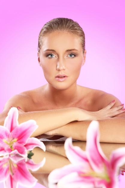 Piękna Kobieta Z Leluja Kwiatem Darmowe Zdjęcia