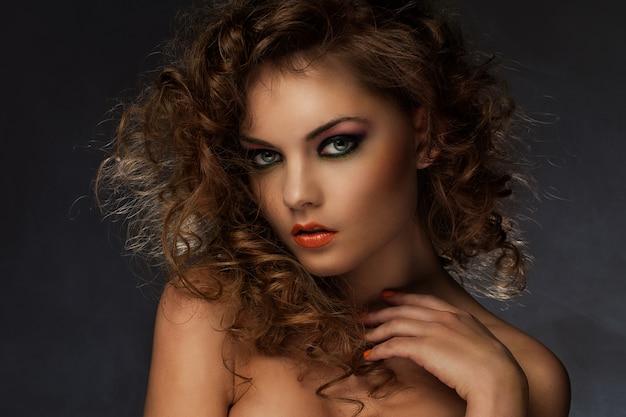 Piękna kobieta z loki i makijaż Darmowe Zdjęcia
