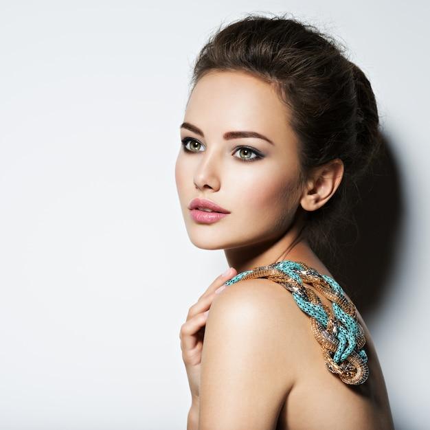 Piękna Kobieta Z Makijażem Naszyjnik I Fotografii Mody Uroda Darmowe Zdjęcia