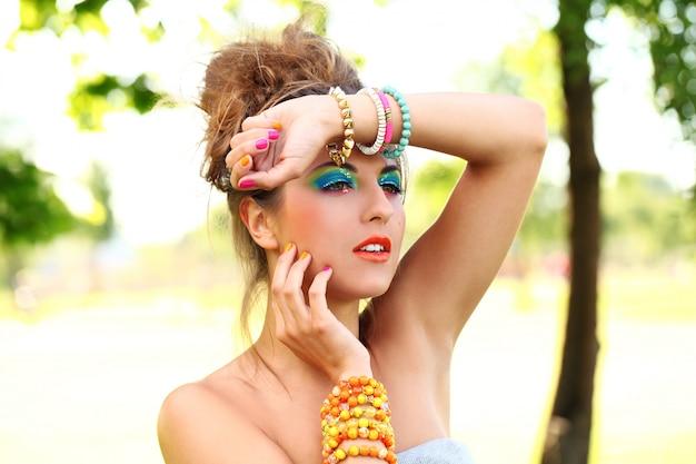Piękna kobieta z makijażu artystycznego Darmowe Zdjęcia