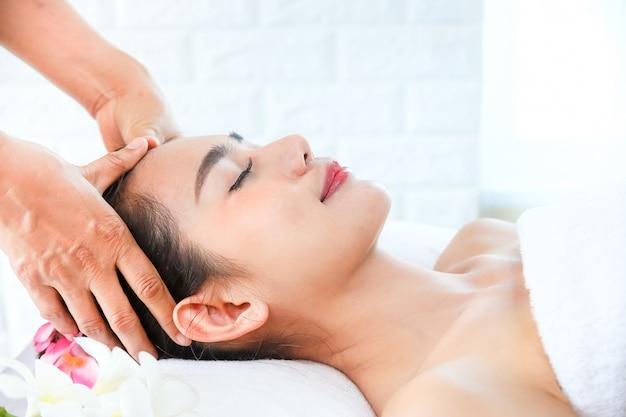 Piękna kobieta z masażem spa Darmowe Zdjęcia