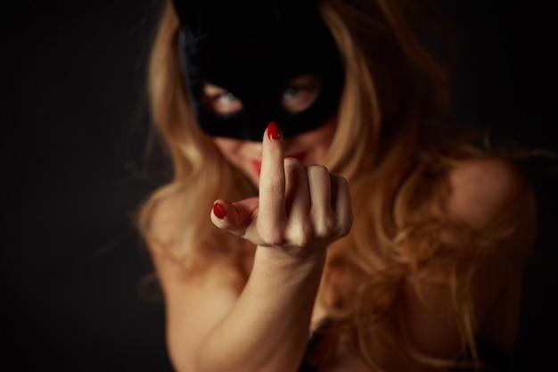 Piękna Kobieta Z Maską Na Twarzy Premium Zdjęcia