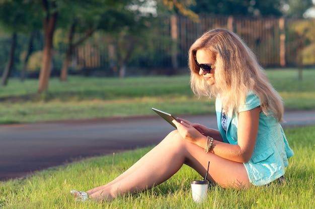 Piękna kobieta z pastylką w jego rękach. kobieta relaksujący charakter. piękne tonowanie. Premium Zdjęcia