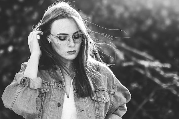 Piękna Kobieta Z Piegami W Naturze Premium Zdjęcia