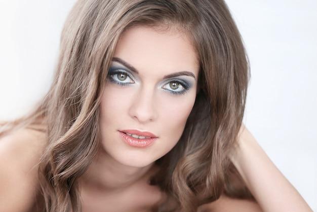 Piękna Kobieta Z Ręcznie Robioną Bransoletką I Makijażem Artystycznym Darmowe Zdjęcia