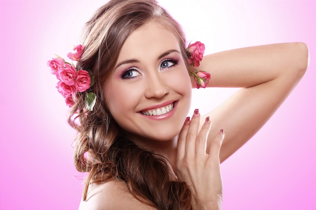 Piękna Kobieta Z Różami We Włosach Darmowe Zdjęcia