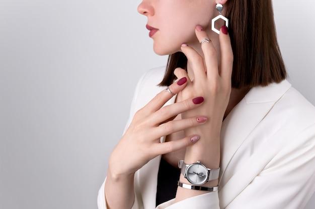 Piękna Kobieta Z Różowym Manicure W Minimalistycznym Stylu Z Biżuterią Premium Zdjęcia