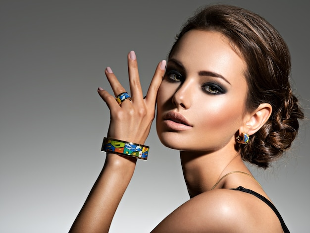 Piękna Kobieta Z Wieczorowym Makijażem Biżuterii I Fotografii Mody Uroda Darmowe Zdjęcia