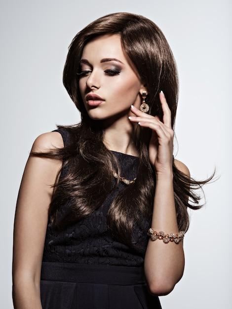 Piękna Kobieta Z Wieczorowym Makijażem I Złotą Biżuterią Darmowe Zdjęcia