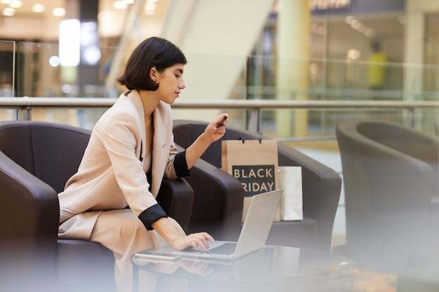 Piękna Kobieta Zakupy Online W Centrum Handlowym Premium Zdjęcia
