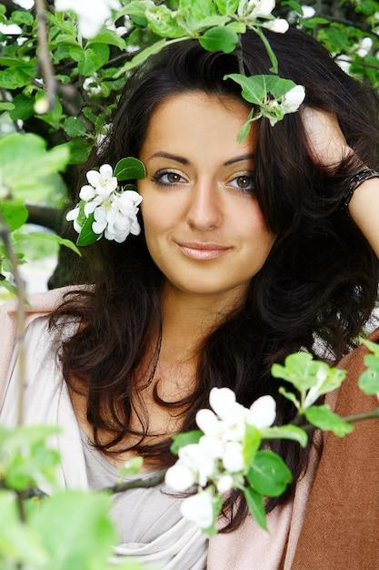 Piękna kobiety pozycja kwitnąć drzewa Darmowe Zdjęcia