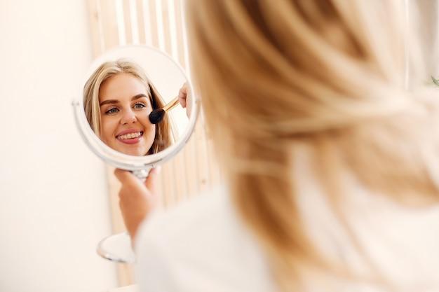 Piękna kobiety pozycja w łazience Darmowe Zdjęcia