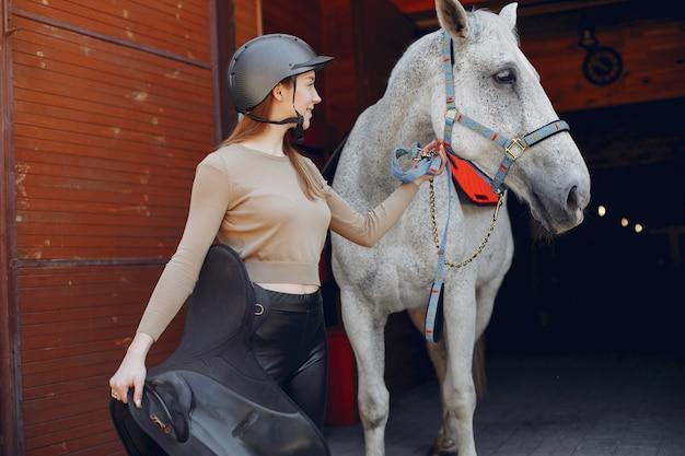 Piękna kobiety pozycja z koniem Darmowe Zdjęcia