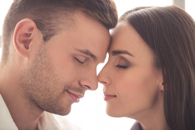 Piękna kochająca para dotykająca ich nosa Premium Zdjęcia