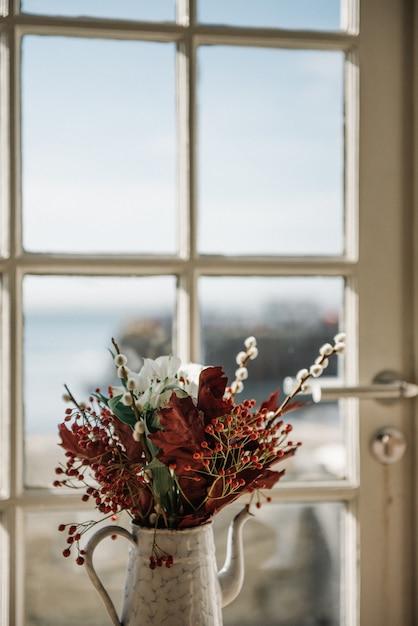 Piękna Kompozycja Kwiatowa W Doniczce Przy Oknie Darmowe Zdjęcia