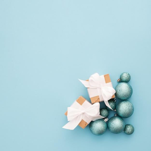 Piękna kompozycja z ozdób choinkowych na niebieskim tle z copyspace Darmowe Zdjęcia