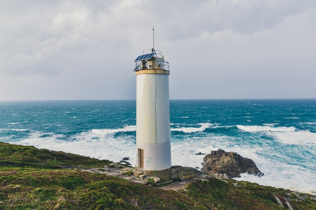Piękna Latarnia Morska Na Klifach Ze Wspaniałym Wzburzonym Morzem Darmowe Zdjęcia