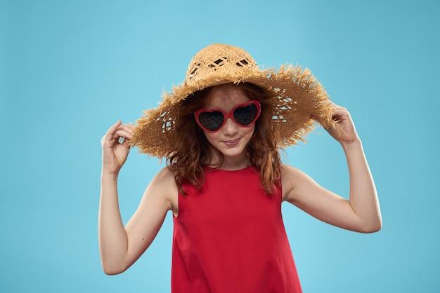 Piękna Mała Dziewczynka W Okularach Serca I Czerwonej Sukience, Księżniczka, Słodkie Dziecko Premium Zdjęcia