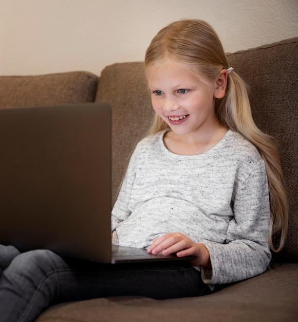 Piękna Mała Dziewczynka Z Laptopem W Domu Darmowe Zdjęcia